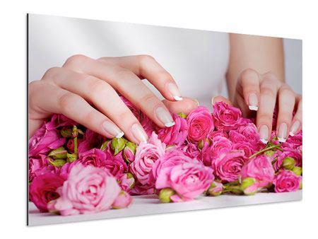 Aluminiumbild Hände auf Rosen gebettet