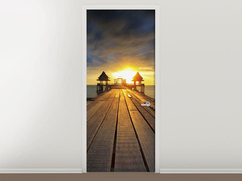 Türtapete Der Sonnenuntergang bei der Holzbrücke
