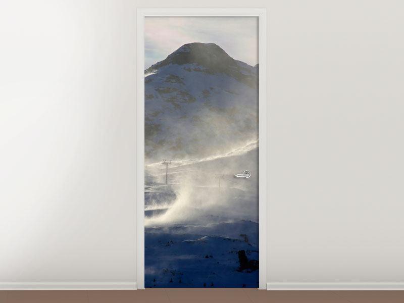 Türtapete Mit Schneeverwehungen den Berg in Szene gesetzt