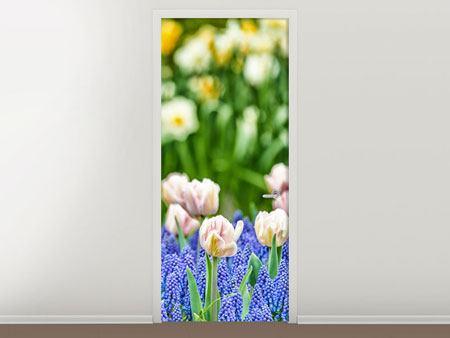 Türtapete Ein Garten mit Tulpen