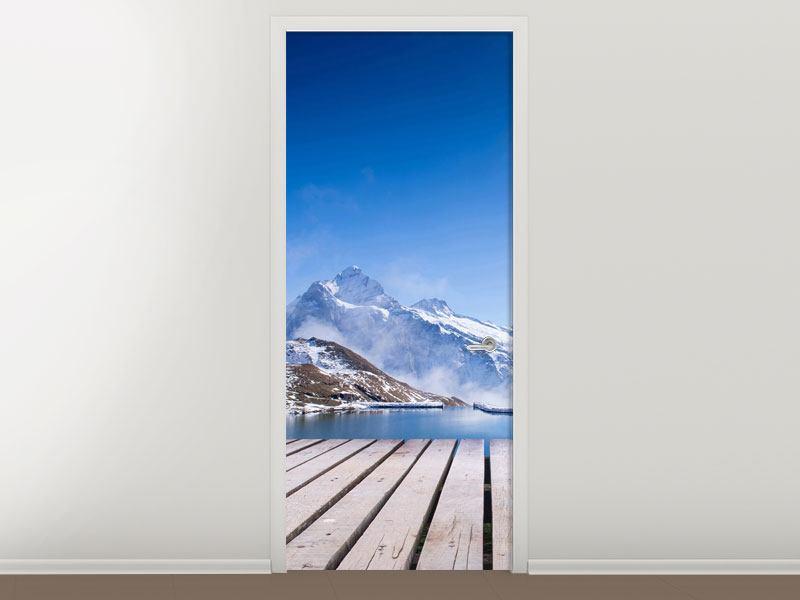 Türtapete Sonnenterrasse am Schweizer Bergsee