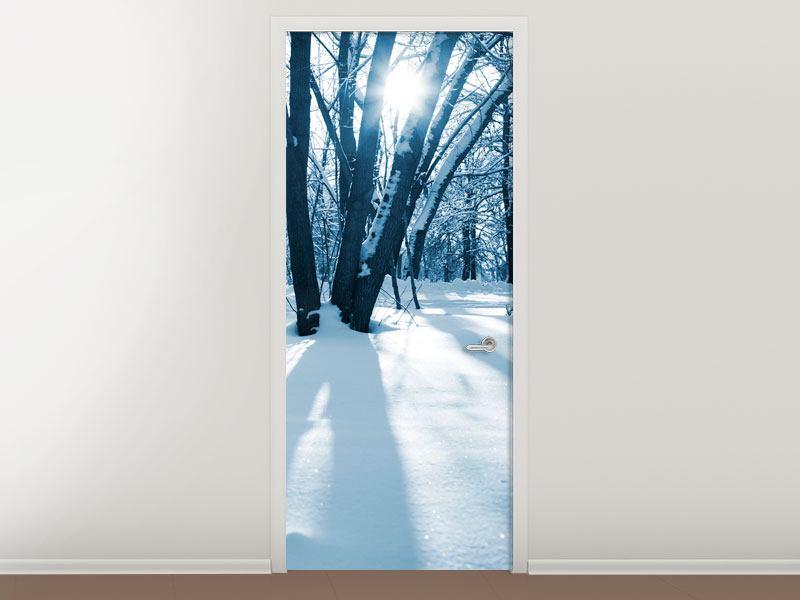 Türtapete Der Wald ohne Spuren im Schnee