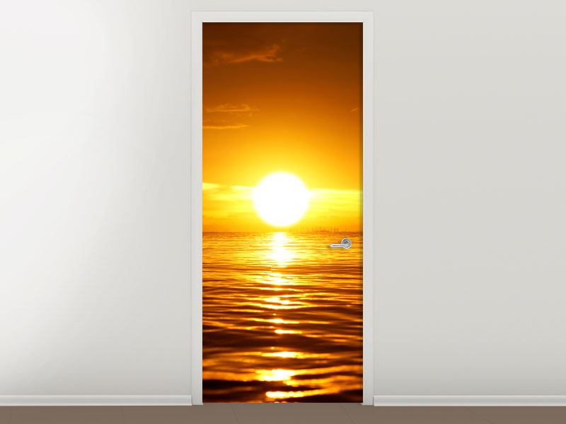 Türtapete Glühender Sonnenuntergang am Wasser