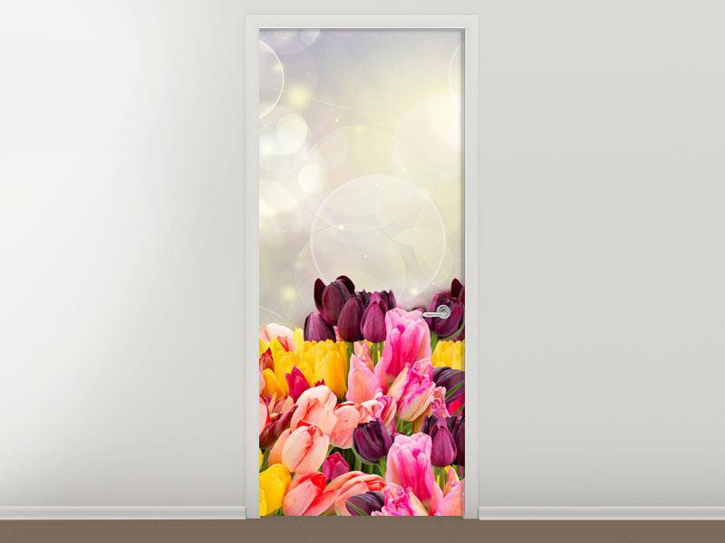 Türtapete Buntes Tulpenbeet im Lichtspiel