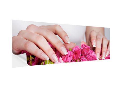 Klebeposter Panorama Hände auf Rosen gebettet