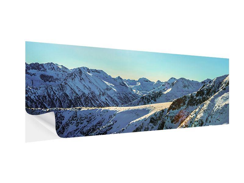 Klebeposter Panorama Sonnige Berggipfel im Schnee