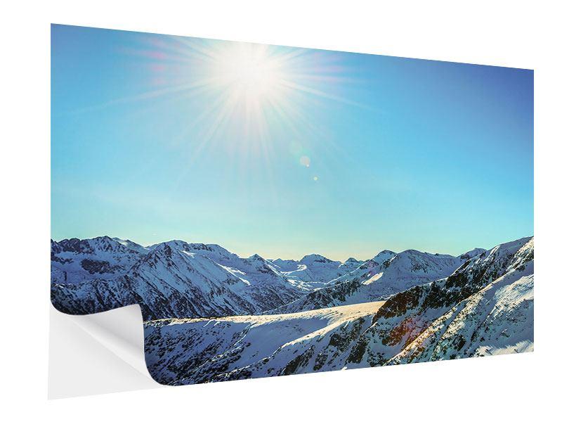 Klebeposter Sonnige Berggipfel im Schnee