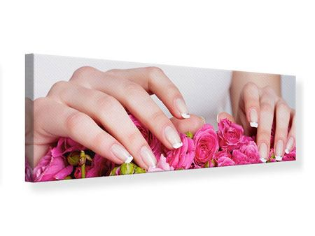 Leinwandbild Panorama Hände auf Rosen gebettet