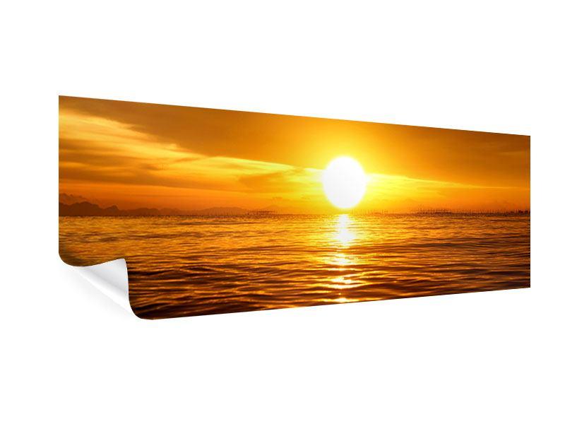 Poster Panorama Glühender Sonnenuntergang am Wasser
