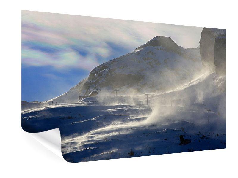 Poster Mit Schneeverwehungen den Berg in Szene gesetzt
